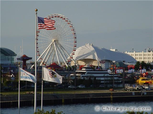Navy Pier in Chicago je jedna z nejoblibenejsich turistickych atrakci v Americe